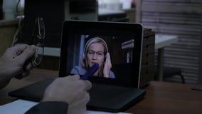 打录影电话的商人对使用膝上型计算机,网上客户咨询的商务伙伴 4K 股票视频