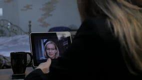 打录影电话的女实业家对使用膝上型计算机,网上客户咨询的商务伙伴 办公室在家 慢 影视素材