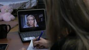打录影电话的女实业家对使用膝上型计算机,网上客户咨询的商务伙伴 办公室在家 慢 股票录像