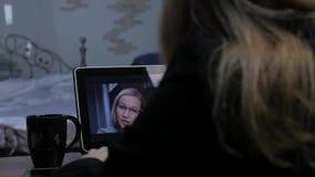 打录影电话的女实业家对使用膝上型计算机,网上客户咨询的商务伙伴 办公室在家 4K 股票视频