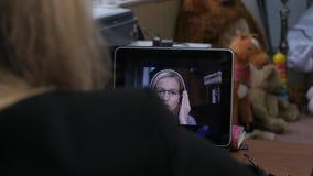 打录影电话的女实业家对使用膝上型计算机,网上客户咨询的商务伙伴 办公室在家 4K 影视素材