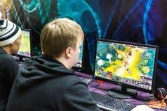打录影计算机游戏的俄国少年 库存图片