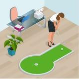 打微型高尔夫球的女实业家在他的办公室 为产品完善例如T恤杉,枕头,册页盖子,网站 图库摄影
