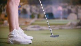打微型高尔夫球的年轻女人户内 影视素材
