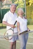 打微笑的网球的夫妇 库存图片