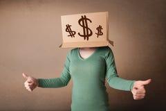 打手势与在他的头的一个纸板箱的女孩有美元的符号的 免版税库存图片