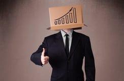 打手势与在他的头的一个纸板箱的商人有diag的 库存图片