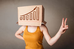 打手势与在他的头的一个纸板箱的少妇有diag的 免版税图库摄影