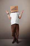 打手势与在他的头的一个纸板箱的年轻人有diagra的 免版税库存图片