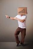 打手势与在他的头的一个纸板箱的年轻人有diagra的 库存照片