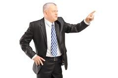 打手势与手指的恼怒的成熟人 免版税图库摄影