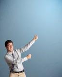 打手势与拷贝空间的年轻人 免版税库存照片