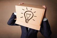 打手势与纸板箱的商人 免版税库存照片