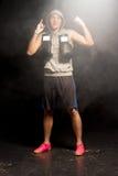 打手势与他的手指的确信的年轻拳击手 免版税图库摄影