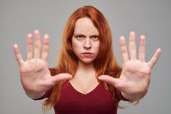 打手势中止的确信的妇女唱歌用两只手 免版税库存图片