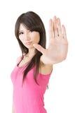 打手势停车牌的一位逗人喜爱的年轻女性的画象 免版税库存照片