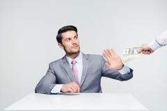 打手势停车牌的商人贿赂 免版税库存照片