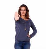打手势停车牌的西班牙少妇 免版税图库摄影