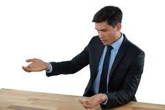 打手势在桌上的年轻商人在会议期间 免版税库存照片