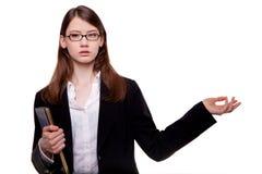 打手势在演播室的一名年轻俏丽的妇女的特写镜头 免版税库存照片