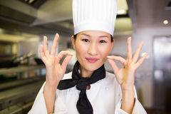 打手势好标志的一位微笑的女性厨师的特写镜头 库存图片
