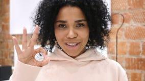 打手势好标志的美国黑人的妇女画象,室内 股票视频