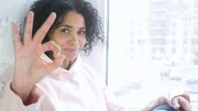 打手势好标志的美国黑人的妇女画象,室内 股票录像