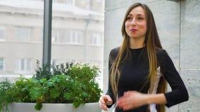 打手势年轻的女商人,当介绍与自由空间时的新的项目 股票录像