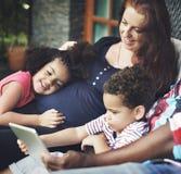 打手势幸福关系概念的家庭一代 库存照片
