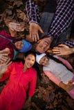 打手势愉快的家庭,当形成杂乱的一团时 免版税图库摄影