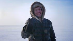 打手势手指标志的中年白种人商人激动显示象和尊敬在冻湖的身分 股票录像