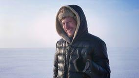 打手势手指标志的中年白种人运动员引人动心地显示象和尊敬在冻湖的身分 股票录像