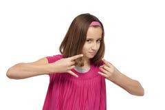 打手势手标志的十几岁的女孩 免版税图库摄影