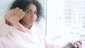 打手势拇指的美国黑人的妇女画象下来,室内 影视素材