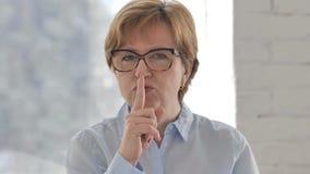 打手势沈默,在嘴唇的手指的老妇人画象 股票视频