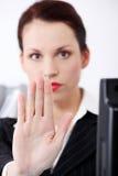 打手势现有量s终止妇女的特写镜头 免版税库存图片
