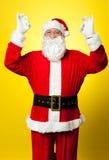 打手势理想的符号用两个现有量的变老的圣诞老人 库存照片