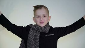 打手势用手的小滑稽的男孩在白色背景的照相机 影视素材