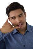 打手势电话手标志的商人画象 免版税图库摄影