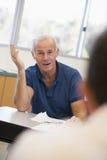 打手势男性成熟学员的选件类 免版税库存照片