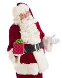 打手势的圣诞老人,当拿着礼物盒时 免版税图库摄影
