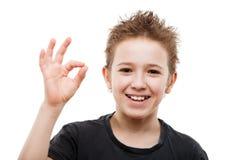 打手势秀丽微笑的年轻少年的男孩好或成功标志 免版税库存图片