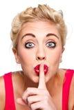 打手势秘密沈默妇女年轻人 免版税库存照片