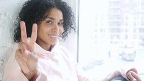打手势胜利标志的美国黑人的妇女画象,室内 股票视频
