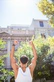 打手势胜利的一个运动人的背面图 库存照片