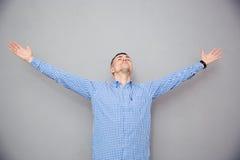 打手势自由表示的一个人的画象 免版税库存照片