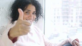 打手势赞许的美国黑人的妇女画象,室内 影视素材