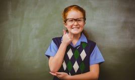打手势赞许的逗人喜爱的小女孩画象  免版税库存图片