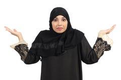 打手势阿拉伯的妇女怀疑和 免版税库存照片
