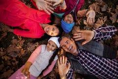 打手势顶上的观点的家庭,当形成杂乱的一团时 图库摄影